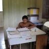 Mauricio, einer der beiden Yanomami-Brüder arbeitet täglich gewissenhaft in unserer Krankenstation.