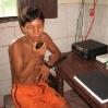 Das Sprechfunkgerät ist das einzige Mittel, um aus dem Urwald Kontakt zur Außenwelt zu halten. Bei schwierigen medizinischen Fragen kann Mauricio einen Arzt in Santa Isabell  fragen.