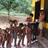 Die Kinder stehen an, um sich eine Vorbeugung gegen die Grippe abzuholen.