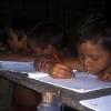 In der Schule lernen die kleinen Yanomami in ihrer Sprache zu schreiben und zu lesen.