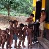 Los niños hacen cola para buscarse su dosis preventiva de la gripe.