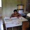 Mauricio, uno de los dos hermanos yanomami, trabaja con mucho pulso en nuestro ambulatorio.