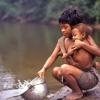 Frühmorgens holt die Mutter Wasser für die Familie
