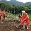 Christina Haverkamp y los yanomami arrancan las raíces del terreno donde se construirá el ambulatorio.