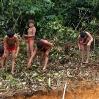 Durante semanas las mujeres de las aldeas vecinas ayudaron arduamente en la preparación de la obra.