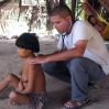 El doctor David Villamizar examinando a una joven mujer con malaria. Durante esta expedición él mismo contrajo la malaria.