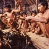 La caza de los hombres es repartida entre las familias de la aldea.
