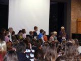 Schulkinder stellen sich an, um Fragen zu stellen