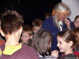 Christina beantwortet die Fragen der Kinder