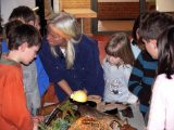 Christina und Kinder vor Anschauungsmaterial