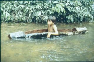 Niño yanomami en su canoa