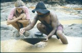 Un garimpeiro mostrando su trabajo