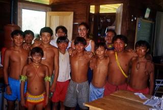 Krankenschwestern bilden die Yanomami hier zu Krankenpflegern und Mikroskopisten aus