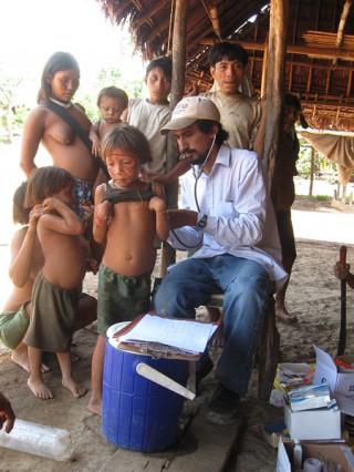 Dr. Dario beim Untersuchen der Yanomami- Kinder