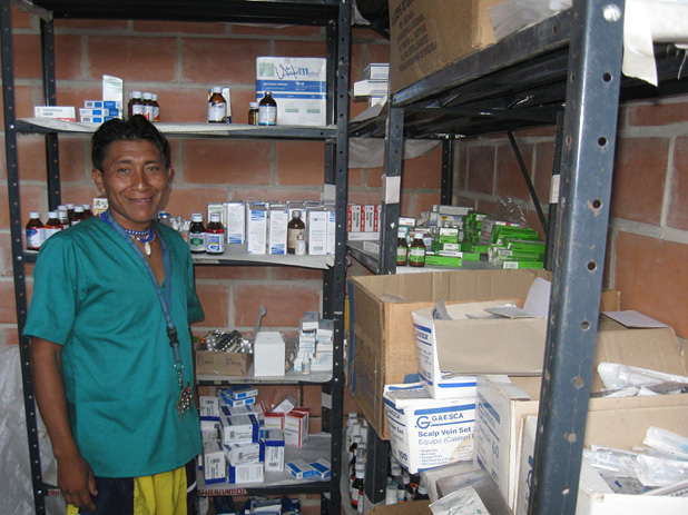 Krankenpfleger Christoval zeigt stolz die Apotheke in der Krankenstation