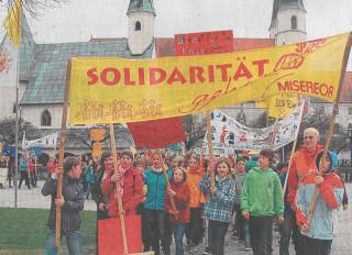 """""""Solidarität geht"""" ist das Motto des jährlichen Soli-Marsches der Maria-Ward-Schulen in Altötting"""