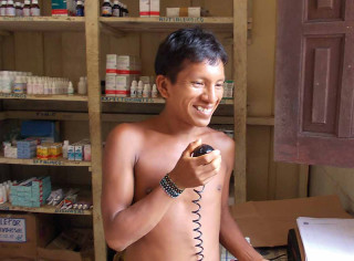 Sprechfunkgeräte sind der einzige Kontakt zur Außenwelt. So kann Mauricio neue Medikamente anfordern