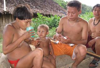 Ery Yaki Yaki versorgt kranke Yanomami