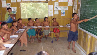 Yanomami-Lehrer Laban unterrichtet bilingual in Ixima