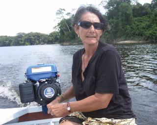 Anna in ihrem neuen Boot mit Außenborder