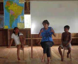 Anna Ballester unterrichtet die Yanomami