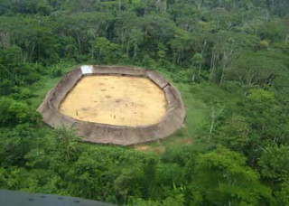Isoliert liegendes Yanomami-Dorf