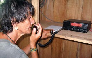 Anna hat jeden Tag Sprechfunkkontakt mit den Yanomami-Dörfern