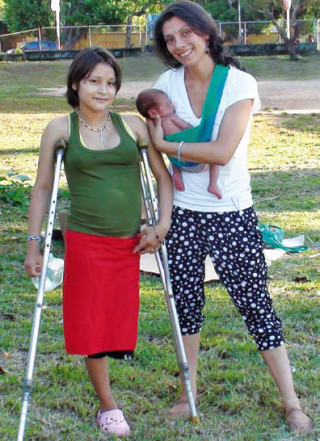 Die kolumbianische Ärztin Ana Maria kümmert sich um Momoi und ihr Baby