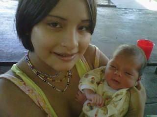 Momoi konnte mit ihrem Baby Dank unserer Reha-Unterstutzung wieder in ihr Dorf zuruckkehren