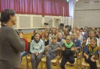 Anna hält einen spannenden Vortrag vor den Schülern der Waldorfschule Kiel