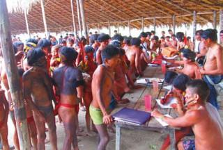 Yanomami organisieren sich im Dorf Parima