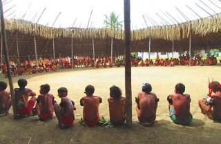 Trotz Stammesfeindlichkeiten trafen sich im vergangenen Jahr viele Yanomami im Dorf Parima