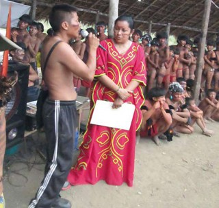Die Ministerin für Indigene, Aloha Nunez, hört interessiert zu, aber schafft keine Verbesserung der medizinischen Versorgung