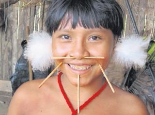 Yanomami Mädchen Haximu mit Holzschmuck.