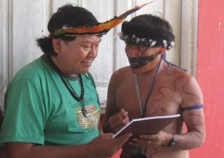 Marcelo (rechts) überreicht Davi Kopenawa das Wayamou-Buch
