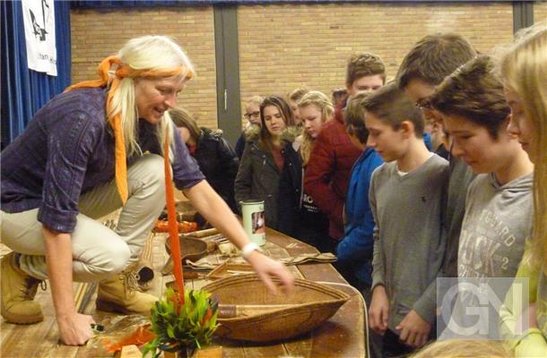 Gegenstände der Yanomami hatte Christina Haverkamp zu ihrem Vortrag ins Lise-Meitner-Gymnasium nach Uelsen mitgebracht. Foto: Marcus Pfeifer