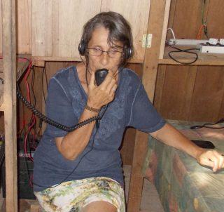 Anna Ballester benutzt täglich ihr Sprechfunkgerät
