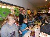 Lehrer Michael Füger mit Schüler beim Kuchenverkauf