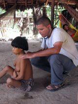 Der Arzt David Villamizar untersucht eine malariakranke junge Frau. Während dieser Expedition bekam er selbst die Malaria.