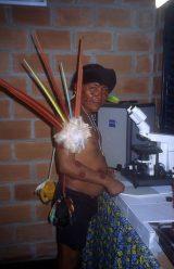 Mit dem Mikroskop, dass die Firma Zeiss gespendet hat, werden in Mavaquita Yanomami zu Mikroskopisten ausgebildet.
