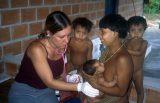 Die Ärztin Adriana Falco erhielt sofort das Vertrauen der Yanomami-Mütter.
