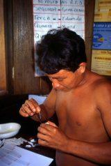 Nur anhand einer Blutprobe lässt sich erkennen, ob der Patient Malaria hat. Kuata bereitet die Probe zum Mikroskopieren vor.