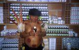 Der Schamane Gustavo begutachtet die Medikamente, die das venezolanische Gesundheitsministerium mit dem Boot geschickt hat.
