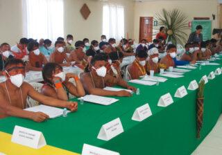 Yanomami mit Maske beim Treffen in Boa Vista