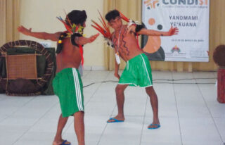Tanz zweier Schamanen gegen die Corona-Pandemie