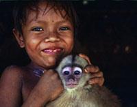 Yanomami-Kind mit Affe